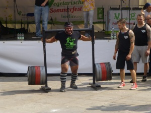 The vegan Patrik Baboumian lifts and walks ten meters with 555 kg on his shoulders beating the previous world record.