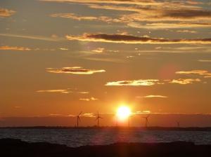 s2014-06-19-vindkraftverk-solnedgång1